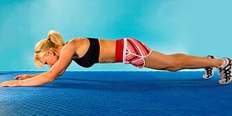 KONTROLLERT KROPSSENKNING FRA PLANKE: Senk albuer og hofter forsiktig ned mot gulvet.