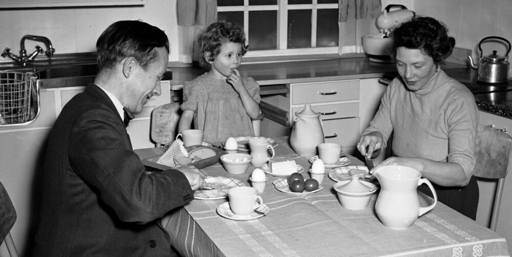 FAMILIEKOS ANNO 1956: Gamle dagers mennesker ble ikke bukfete i samme grad som i dag blant annet fordi de spiste mer fisk og annen sjømat enn vi gjør.