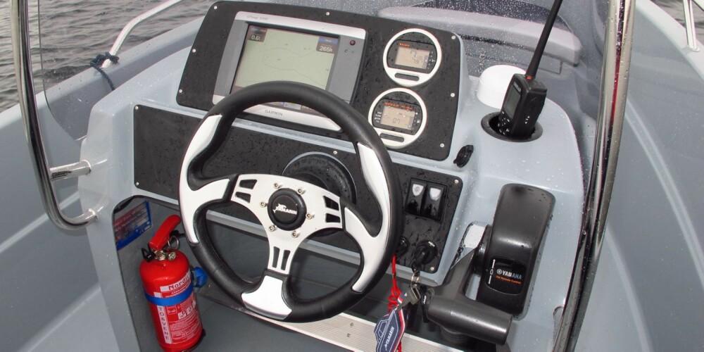 YAMARIN: Pen utformingen av instrumentbordet og en vindskjerm som slutter brukbart rundt førerposisjonen. FOTO: Terje Bjørnsen