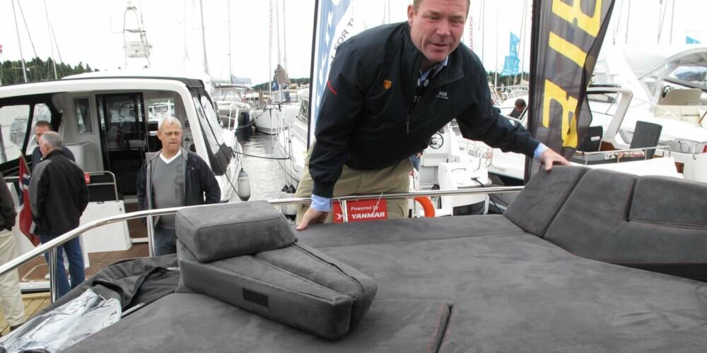 ROMMELIG: ¿ Vi har prøvd å lage rommelig turbåt med gjennomtenkte løsninger, forteller Espen Aalrud hos Marex i forbindelse med offisiell verdenspremiere på nyheten 320 ACC. Her er det solsengen som demonstreres. FOTO: Terje Haugen