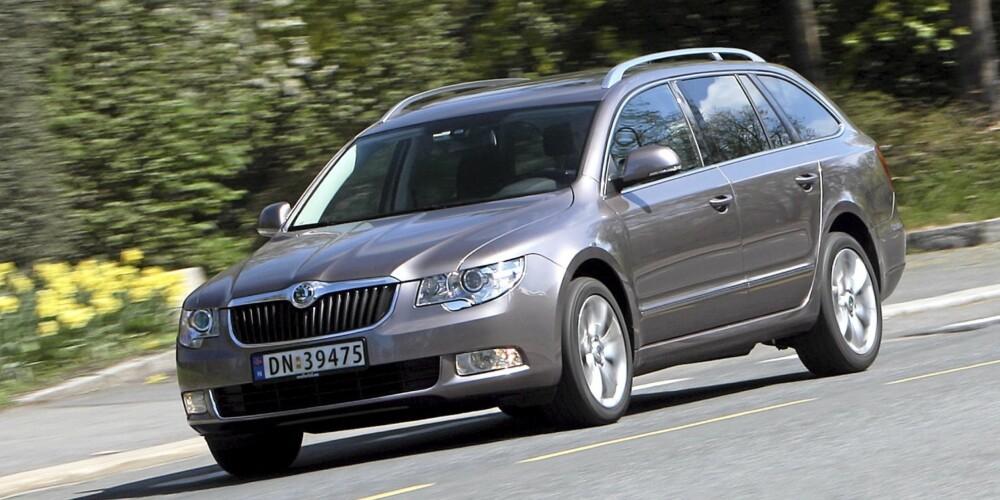 VELKJØRENDE: Skoda Superb kjører godt, og kombinerer flott komfort med evne til å takle svinger.