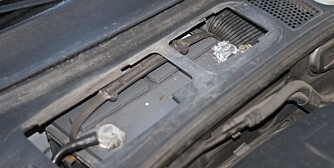 SALT: Batteriet trenger rikelig med pleie etter en lang vinter med saltlake på veiene. Her bør også polene få en rengjøring. FOTO: Terje Haugen