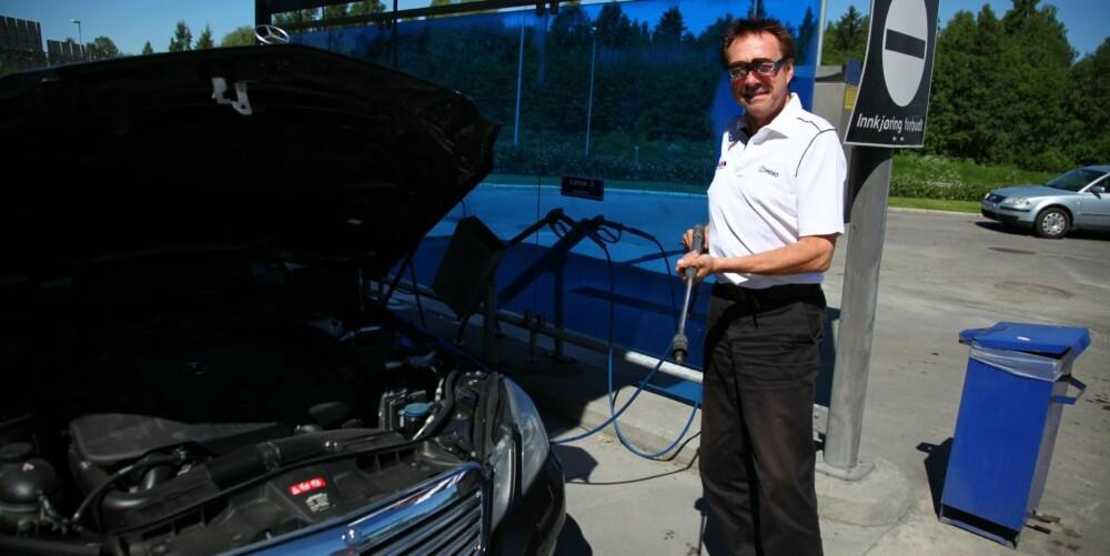 SKEPTISK: Drosjesjåfør Bruno Brubak bruker ikke mye vann i motorrommet på drosja si, men på sin private bil tror han høytrykken kan ha noe for seg. FOTO: Terje Haugen