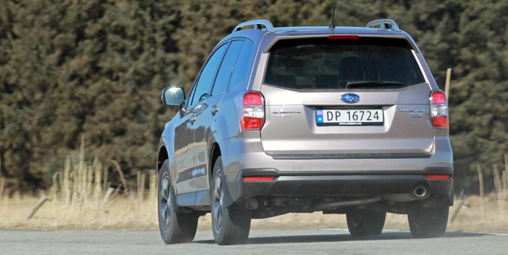 TYNGDEPUNKT: Subaru Forester ser høy og SUV-klassisk ut, men byggestrukturen og boksermotoren sørger for et relativt lavt tyngdepunkt. Det kommer kjøreegenskapene til gode. FOTO: Petter Handeland