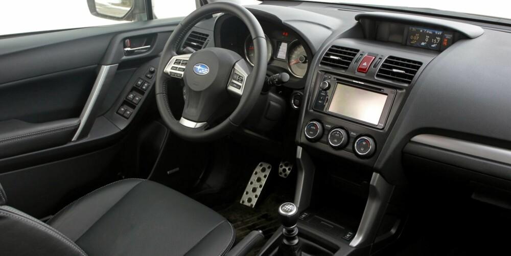 KNAPPEFRITT: Det er befriende få knapper på Subaru Foresters dashbord sammenlignet med mange konkurrenter. FOTO: Petter Handeland