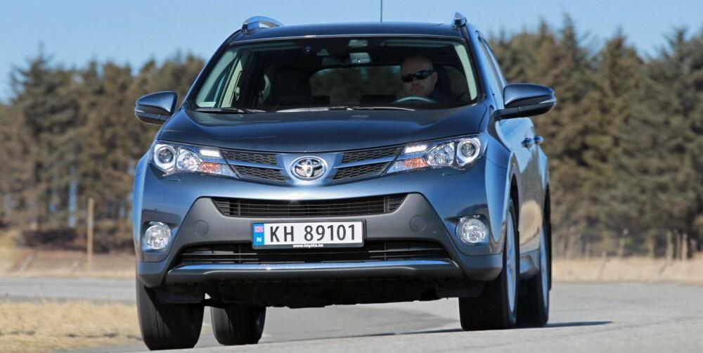 LANGT BEDRE: Den nye RAV4 har betydelig bedre kjøreegenskaper, og er sikkerhet selv i kjøreøvelsene våre. Men det er mer støy i den enn hos konkurrentene. FOTO: Petter Handeland