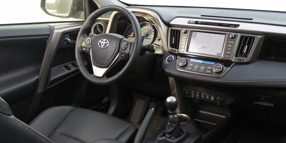 MYE PLASS: Toyota kan plassutnyttelsens kunst. I baksetet er beinplassen nesten overdådig, og bagasjerommet har like mye plass som mange familiestasjonsvogner. Vi synes ikke dashbordet er perfekt. Det har en langsgående kant som delvis skjuler knappene foran girspaken. FOTO: Petter Handeland