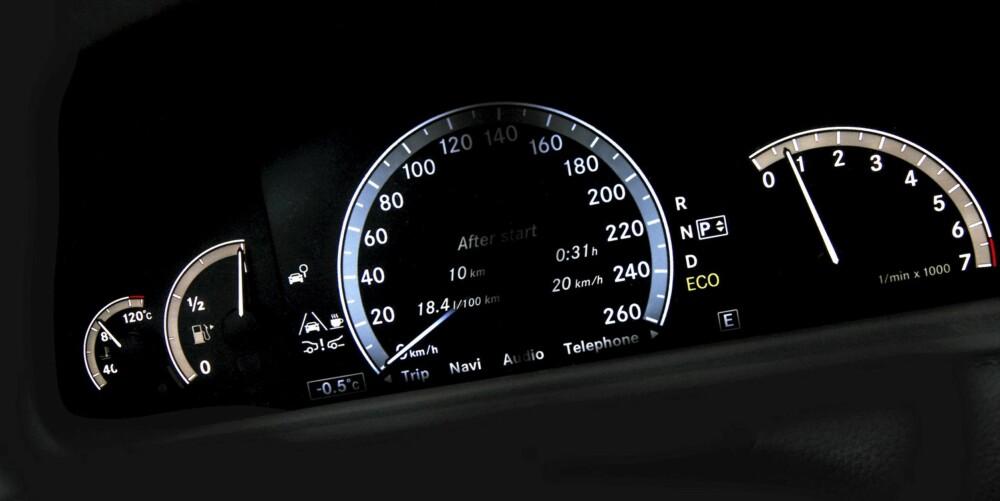 Speedometeret i Mercedes CL 500 4Matic er digitalt, mens de øvrige instrumentene er analoge.