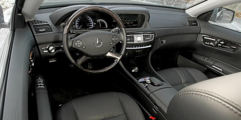 Mercedes CL 500 4Matic gir en gedigen kvalitetsfølelse i cockpit.