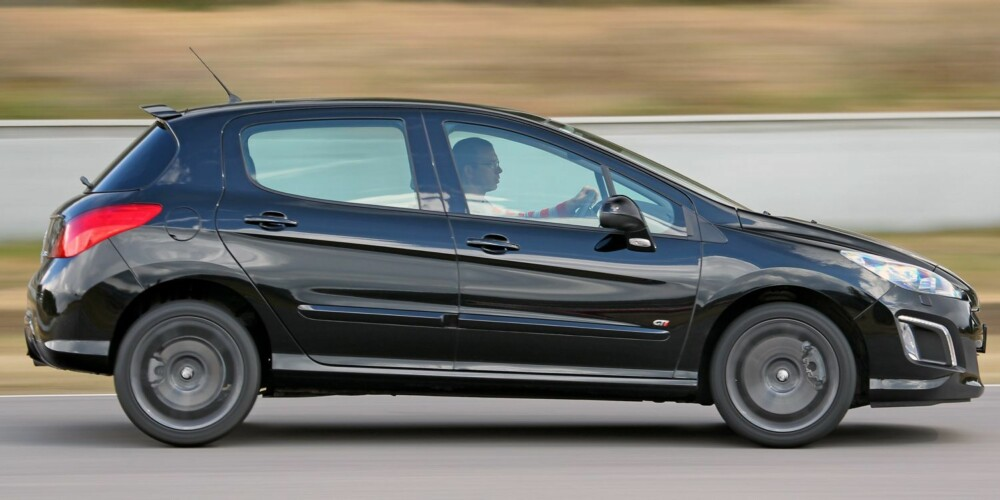 ULV I FÅREKLÆR: Designen er ikke GTI-spenstig, men du verden så morsom Peugeot 308 GTI er - en ulv i fåreklær. FOTO: Petter Handeland
