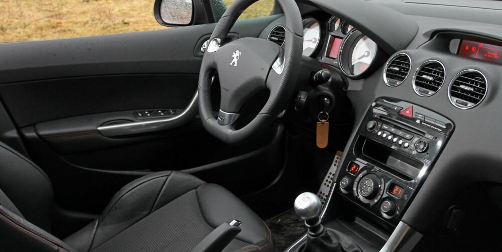 HINT AV GTI: Innvendig møtes du av en ganske normal kompaktbil, med noen hentydninger til det sportslige. FOTO: Petter Handeland
