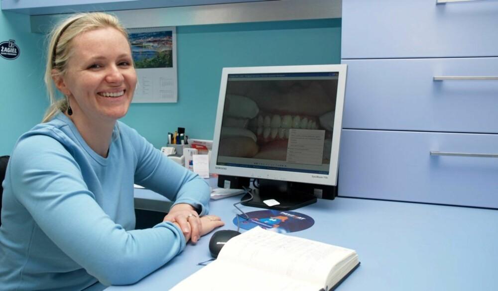 TANNLEGEN I GDANSK: Tannlegen Ewa Odya Bojanowska har hatt flere pasienter fra Norge og Sveits.