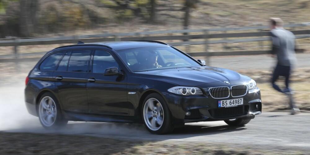 LANGT PANSER: En BMW skal gi deg sportslige følelser. Du ser det på designen, med det lange panseret og den avrundede hekken, og du merker det på førerplass, der interiøret omslutter deg. FOTO: Terje Bjørnsen