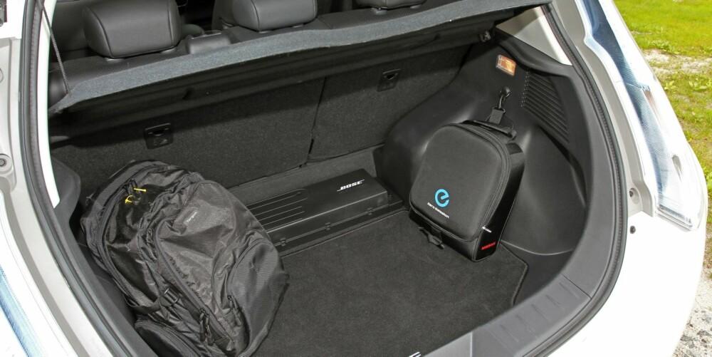 MER PLASS: Ved å flytte laderen som før dannet en forhøyning i bagasjerommet mot bakseteryggen, har Nissan utvidet bagasjeromsvolumet med 40 liter. Fra 330 til 370 liter.