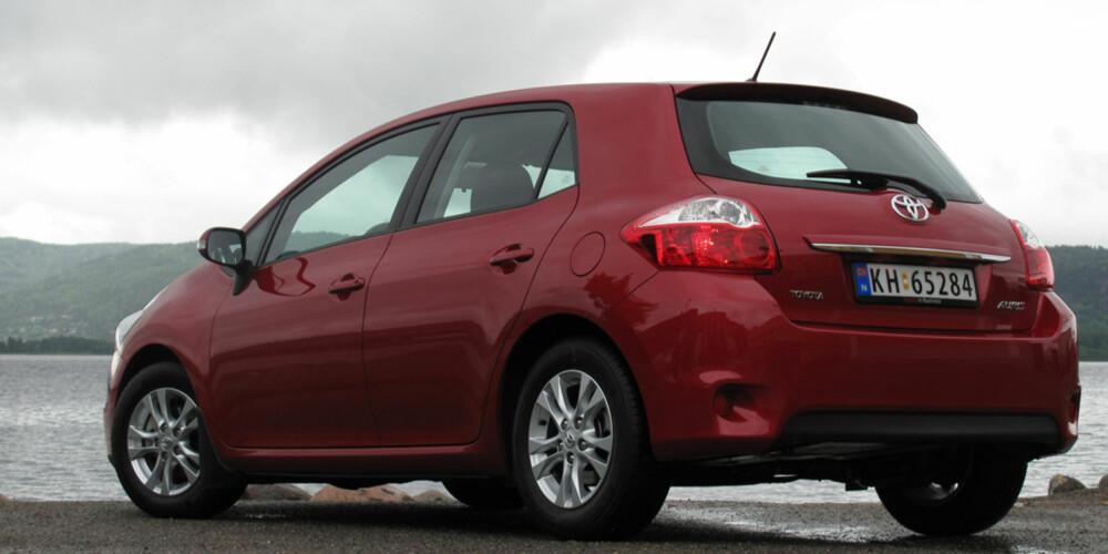 HØYREIST: Toyota Auris er en relativt høyreist bil, noe som kommer innvendig plass til gode.