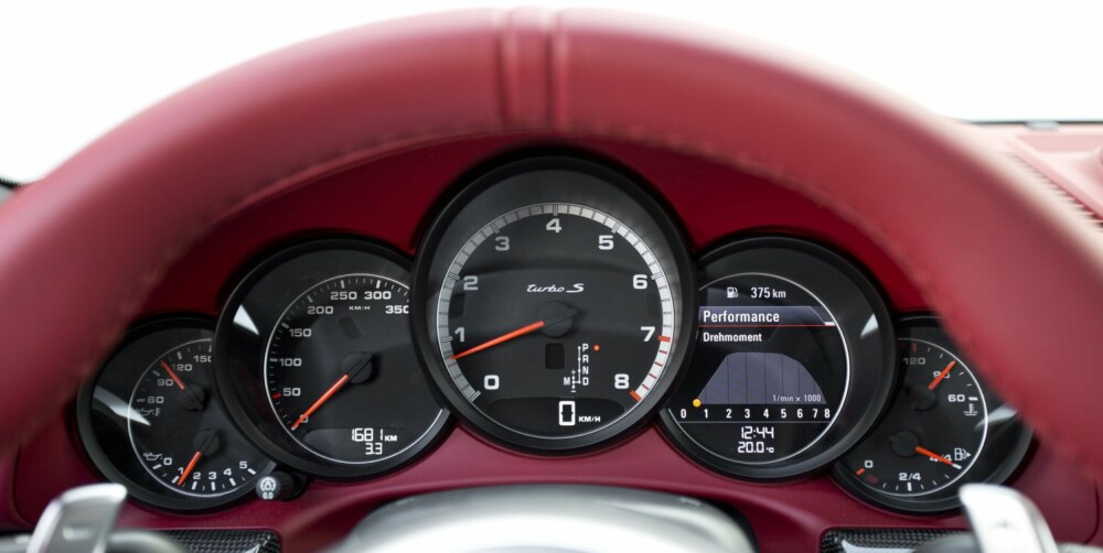 MODERNE KLASSIKER: Porsche 911 Turbo har beholdt mye av den originale stilen i dashbordet, men med langt mer moderne utforming og teknikk.