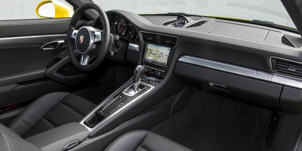 KOMFORT: På tross av superbilytelser, kan Porsche 911 Turbo fortsatt by på flott førerkomfort. Dette er en bil for de lange turene.