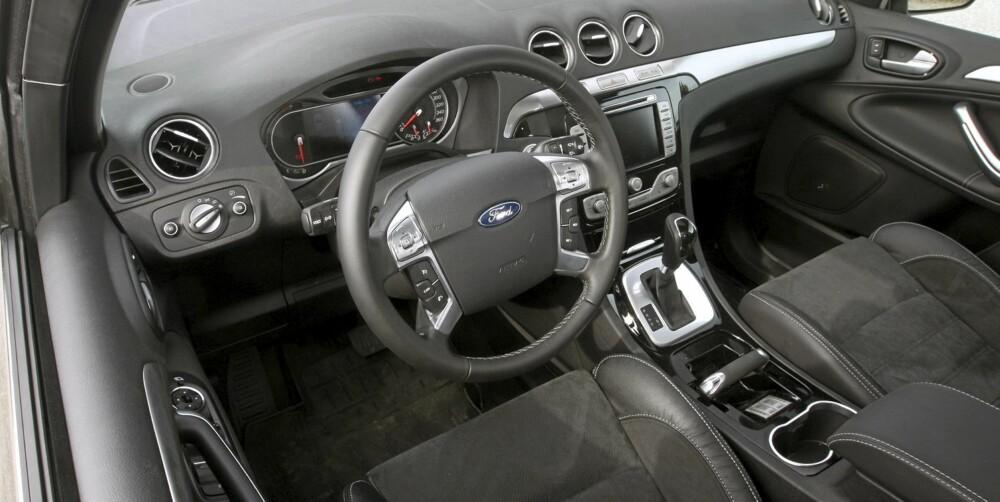 GODFØLELSE: Testbilen er påkostet med blant annet seter i skinn/alcantara. Det bidrar til god opplevd kvalitetsfølelse.