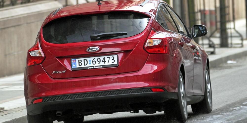 DESIGNDETALJER: Med mange linjer og kurver i metallflatene følger Focus dagens trend i bildesign.