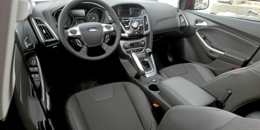 KLAR FORBEDRING: Ford har spandert godt polstret kunsstoff i dashbordet, og setene er kraftige. Slikt gir pluss for kvalitetsfølelse.