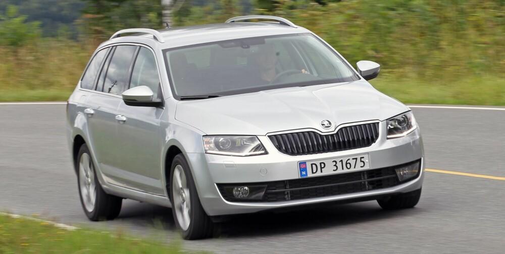 FIREHJULSDRIFT: Skoda Octavia 2,0 TDI 4x4 Elegance er en komplett familiebilpakke som framstår som svært egnet for norske forhold. Det mest imponerende er plassutnyttelsen. Skoda er rett og slett en mester i den disiplinen. Dessuten har den firehjulsdrift. Skoda Octavia 2,0 TDI 4x4 er dermed etter vår oppfatning betydelig mer bil for pengene enn en SUV i samme prisområde. FOTO: Petter Handeland