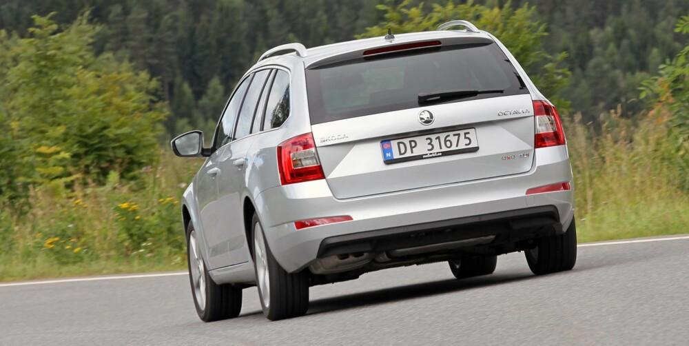 SMAL: Bakfra synes vi Skoda Octavia ser litt høy og smal ut. Men den forener kjøremessig kompaktbilens lettkjørthet med mellomklassens komfort. Satt under press er den stabil og forutsigbar. FOTO: Petter Handeland