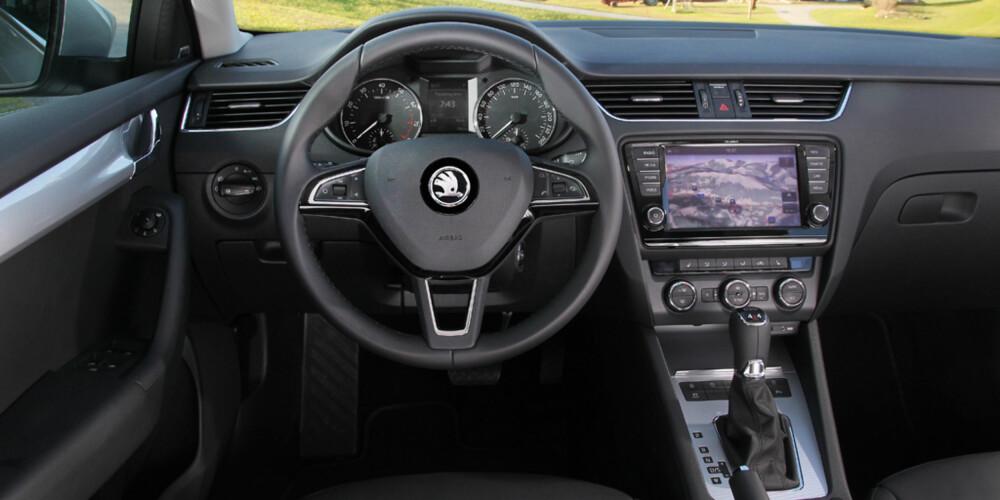 FORNUFTIG: Betjeningen i vår Elegance-utstyrte testbil er moderne og funksjonell. FOTO: Produsent