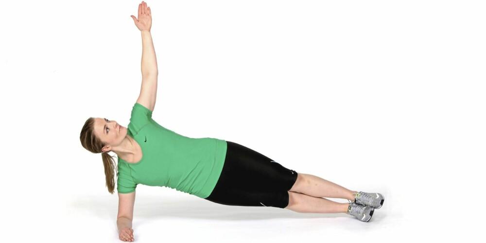SIDEPLANKE: Trener musklene på siden av magen.