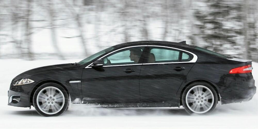 STORBILKOMFORT: Jaguar XF 3,0 V6 S/C AWD veier nesten to tonn. Oppe i fart bidrar det til tung storbilkomfort. Grepet ut av svinger på snøføre er meget godt. FOTO: Egil Nordlien, HM Foto