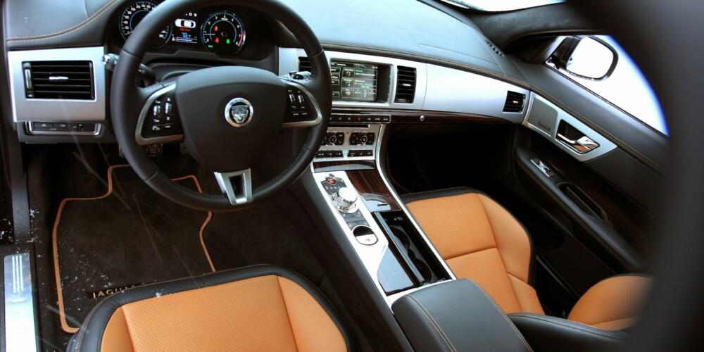 LITT BLING: Displayene er LCD-skjermer og girspaken, i den grad en kan kalle den det, skrur seg opp av midtkonsollen når du starter bilen. FOTO: Egil Nordlien, HM Foto