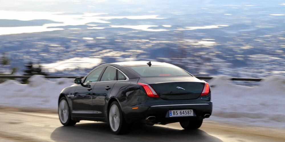 KLØRNE UTE: Med firehjulsdrift får Jaguar XJ AWD godt grep på alle fire potene.