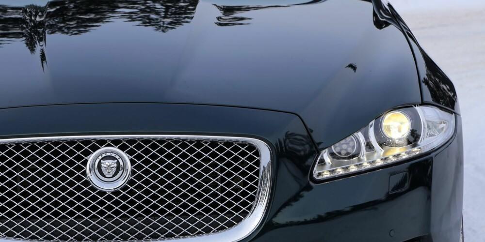 KOSTBAR: Jaguar XJ er ikke bare dyr, den ser slik ut også. Det er en fordel om du skuffer ut 1,5 millioner på bil.