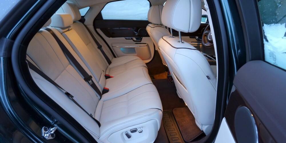 TA PLASS: Passasjerkomforten er utmerket i Jaguar XJ. Separat regulering av baksetene og eget oppsett for klimaanlegget er bare noen av detaljene.