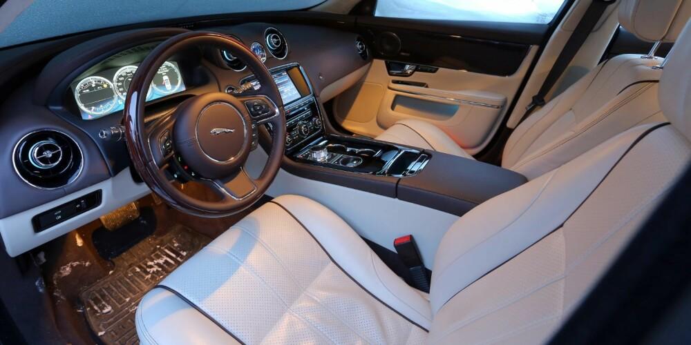 ROYALT: Seter og sittestilling er toppklasse. I tillegg har Jaguar XJ en glimrende styring som gjør bilen uvanlig lettkjørt og presis.