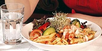 SUNN LUNSJ: Salat kombinert med makrell i tomat eller tunfisk fra boks er sunn og næringsrik lunsj. Rester av pasta eller ris fra gårsdagens middag smaker også godt sammen med noen kyllingbiter og litt salat.