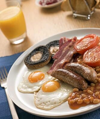 PROTEINRIK MAT: Det er mange proteiner i en engelsk frokost. Både egg, kjøtt og bønner er proteinrik mat.