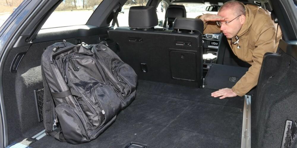 DIGERT: Mercedes E-klasse har det største bagasjerommet i en stasjonsvogn på denne side av Atlanteren. Det du ikke får med deg, trenger du ikke ha med. FOTO: Terje Bjørnsen