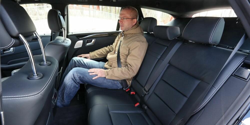 DROSJE: Baksetet er formet for at tre skal sitte godt, ikke bare to som i de nærmeste konkurrentene. Derfor er det Mercedes E-klasse som er taxihøvdingen. FOTO: Terje Bjørnsen