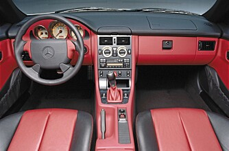 TYPISK: Interiøret i den første Mercedes SLK holder god Mercedes-standard.