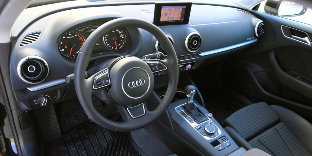 PÅKOSTET: Vi synes Audi A3 har det beste interiøret blant de kompakte premiumbilene. Stilen er ganske minimalistisk, mens kvalitetsfølelsen er høy. FOTO: Egil Nordlien, HM Foto