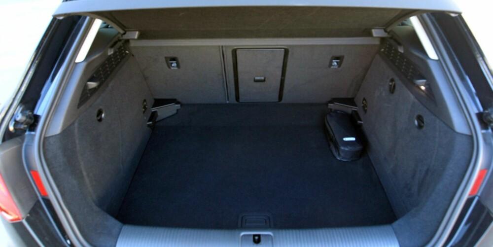 PRAKTISK: De tradisjonelle kombikupéformene betaler seg når en kommer bak i bilen. Audi A3 Sportback har mer bagasjeplass og større lukeåpning enn de nærmeste konkurrentene. FOTO: Egil Nordlien, HM Foto