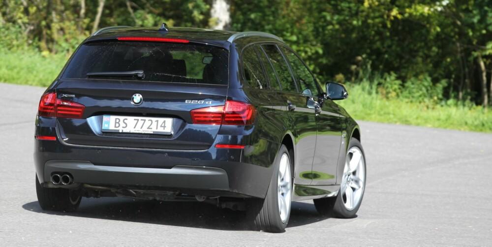 TUNGVEKTER: Med fører veier en BMW 520d xDrive Touring over 1,9 tonn. Den skjuler vekten imponerende godt og stikker inn i svingene som om den var en langt lettere kompaktbil. FOTO: Petter Handeland