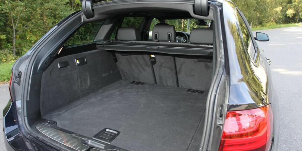 TILSTREKKELIG: Det er god lengde på bagasjerommet. 560 liter er langt etter Mercedes E-klasse, men holder trolig for de fleste ferieturer. FOTO: Petter Handeland