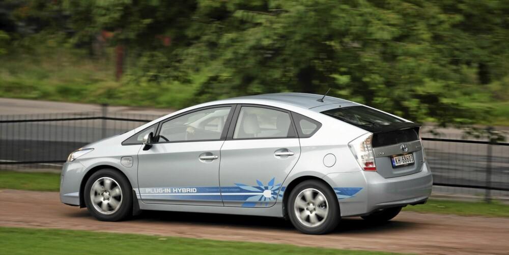 IKKE SPENNENDE: Prius er ingen morsom bil å ratte, men den har ryddige kjøreegenskaper.