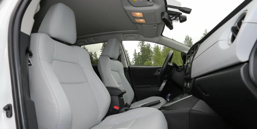 HELT GREIT: Executive-modellen er utstyrt med behagelige og velformede seter i lysegrått perforert skinn. Du har bra sittekomfort og virker kjøligere på varme dager enn mørke materialer. FOTO: Terje Bjørnsen