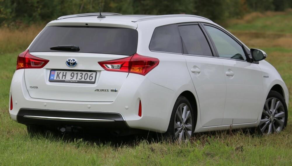 KJØRER BILLIG: Toyota Auris Touring Sports Hybrid er rommelig, praktisk og lettkjørt. Det rekordlave bensinforbruker kvalifiserer til terningkast 6. FOTO: Terje Bjørnsen