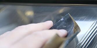 TØFF: Våtslipepapir fra 1 200 og oppover egner seg fint til å behandle plastikken i lyktene før polering. FOTO: Terje Haugen