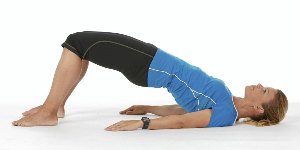 HOFTELØFT: Trener sete- og ryggmusklene.