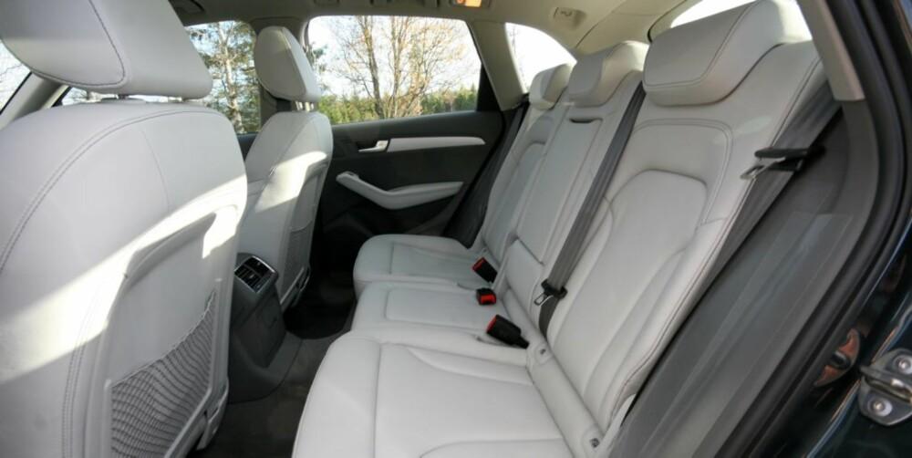 Også i baksetene er det mulig å sitte komfortabelt, så lenge du holder deg unna det midterste setet.