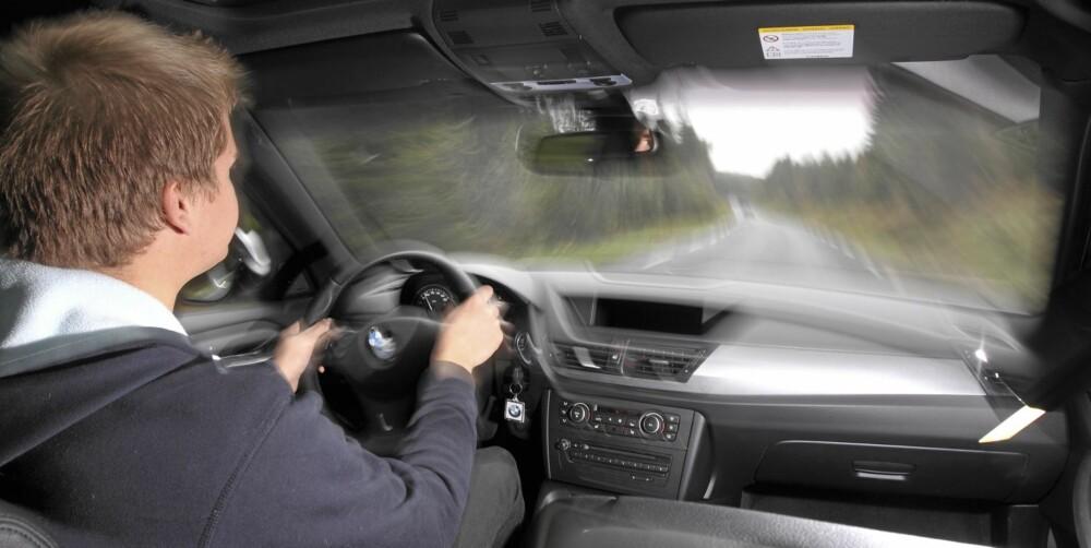 KONTROLL: Bak rattet på BMW X1 føler du alltid at du har kommandoen over situasjonen. Sterk dieselmotor bidrar til inntrykket.